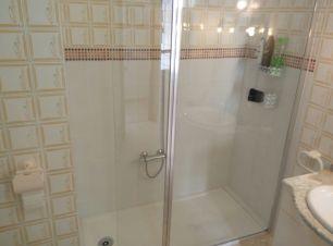 Salle de bain avec douche. Bathroom with italian shower.